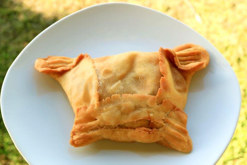 A carne saboroso encheu a pastelaria enchida saboroso chilena ou o Empanadas de Pino Served na placa branca fotografia de stock royalty free