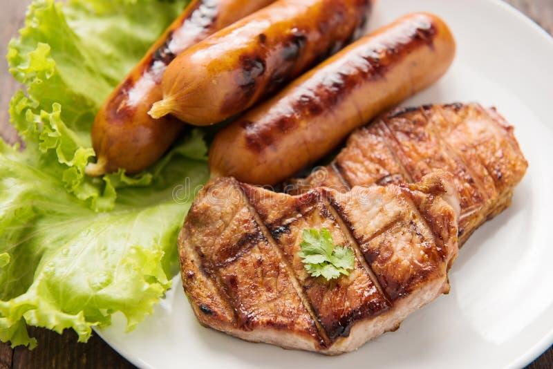 Carne, salsichas e vegetais grelhados no fim do prato acima imagem de stock