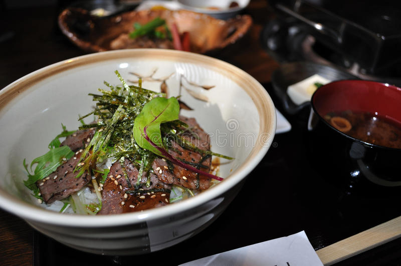 Carne seared japonesa no arroz fotos de stock