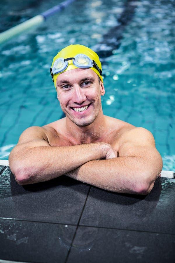 Carne sem gordura apta do nadador na borda da piscina imagens de stock