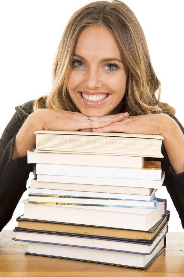 Carne sem gordura da menina da escola no sorriso dos livros foto de stock royalty free