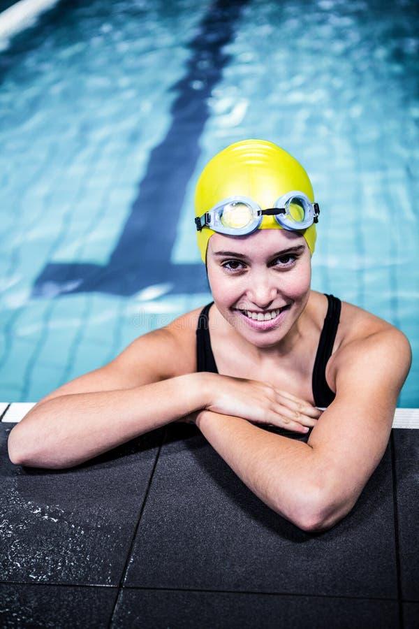 Carne sem gordura da mulher do nadador na borda da piscina foto de stock