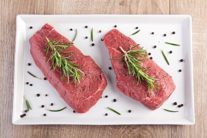 Carne sin procesar con romero imagen de archivo libre de regalías