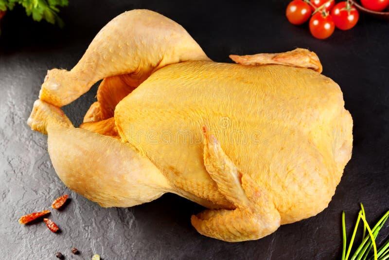 Carne sin procesar Pollo entero de las aves de corral, listo para guisar vegetal del pollo en el BQQ o parrilla imágenes de archivo libres de regalías
