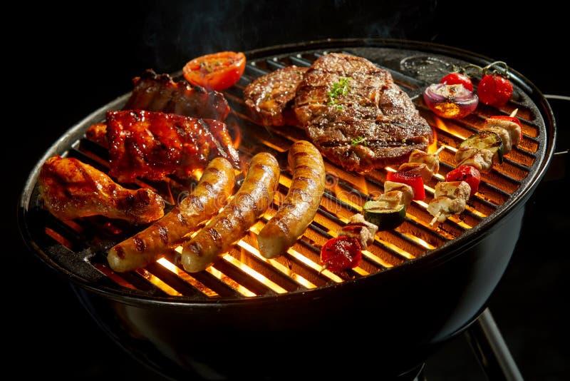 Carne sortido que grelha sobre o fogo em um BBQ fotografia de stock royalty free