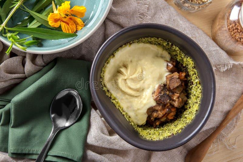 Carne spagnola del manzo dei tapas con le patate di poltiglia immagine stock libera da diritti