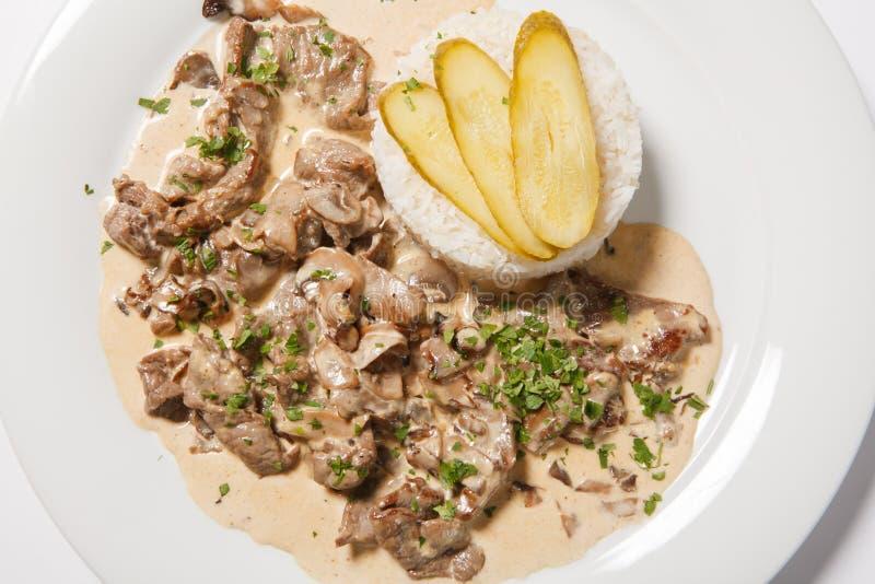 Carne stufata con riso bianco e la salsa del mashroom fotografia stock