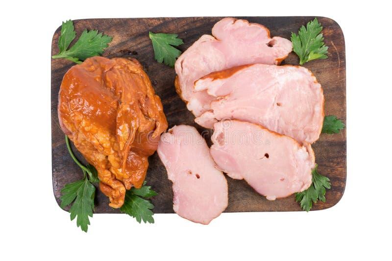 Carne suina affumicata sul tagliere di legno isolato su fondo bianco fotografie stock libere da diritti