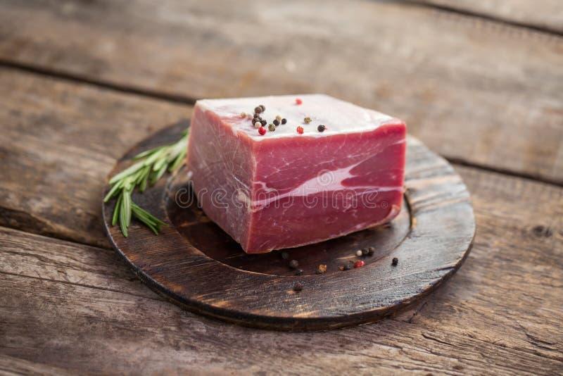 Carne sul vecchio piatto di legno immagini stock
