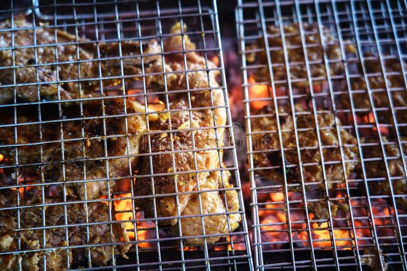 Carne sulla griglia con la fiamma BBQ esterno fotografia stock