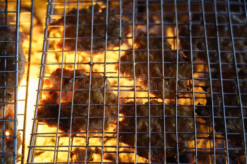 Carne sulla griglia con la fiamma BBQ esterno fotografie stock libere da diritti