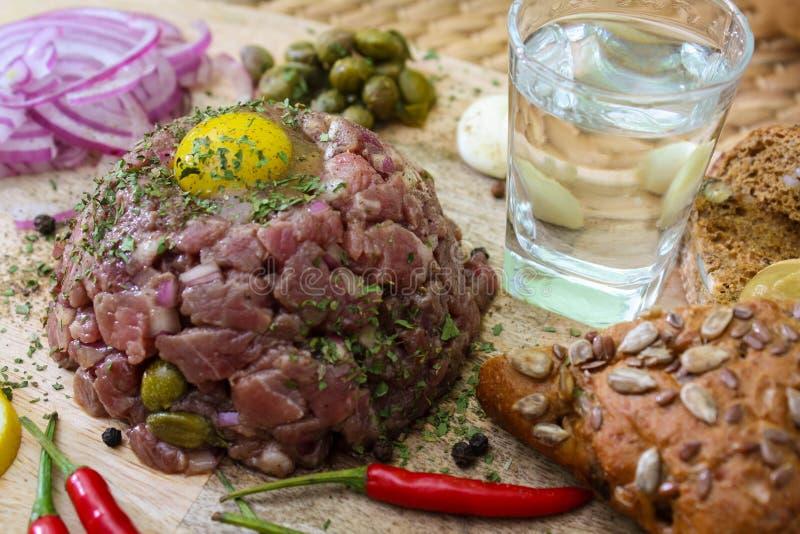 Carne tartare com alcaparras e as cebolas conservadas imagem de stock royalty free