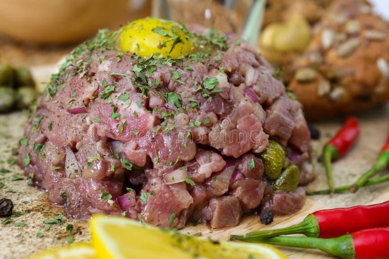 Carne tartare com alcaparras e as cebolas conservadas foto de stock