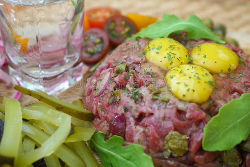 Carne tartare com alcaparras e as cebolas conservadas fotografia de stock