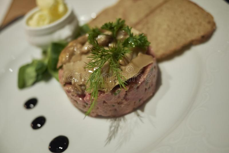 Carne Tartare e cogumelos foto de stock royalty free