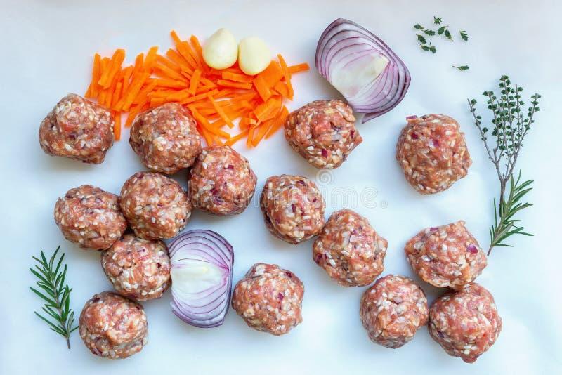 Carne tritata cruda con pepe, le carote, le erbe e le spezie per la cottura della minestra con le polpette fotografia stock libera da diritti