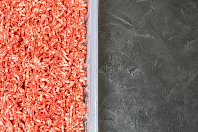 Download Carne Tritata Su Un Fondo Nero Posto Per Il Vostro Testo Fotografia Stock - Immagine di sano, pasto: 117979570
