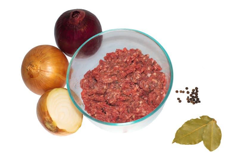 A carne tritura com cebolas, pimenta preta e folhas de baía fotografia de stock