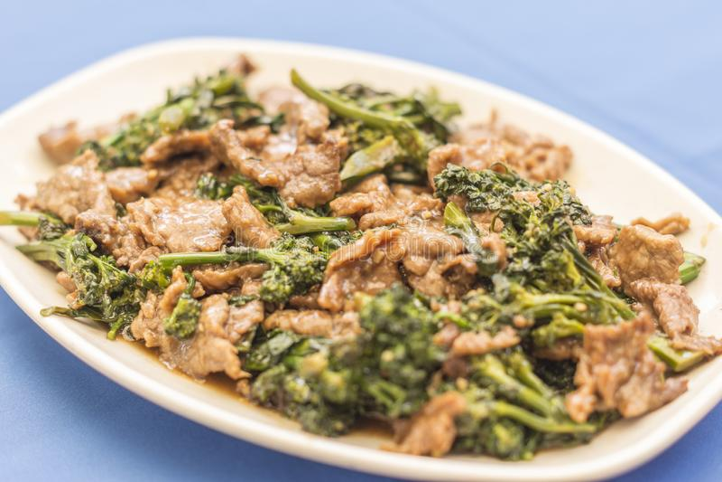 Carne triturada com brócolis no fundo azul fotografia de stock royalty free