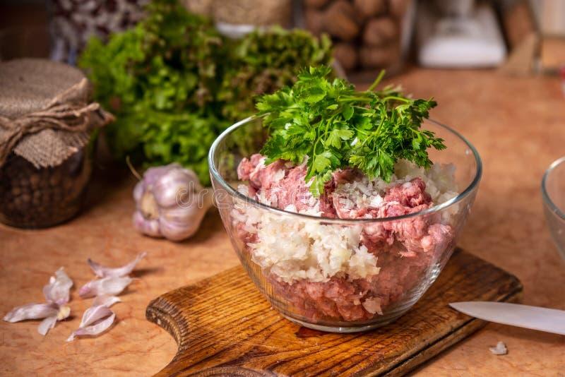Carne triturada com cebola e salsa desbastadas em uma placa de vidro foto de stock