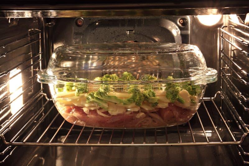 Carne in un forno immagine stock