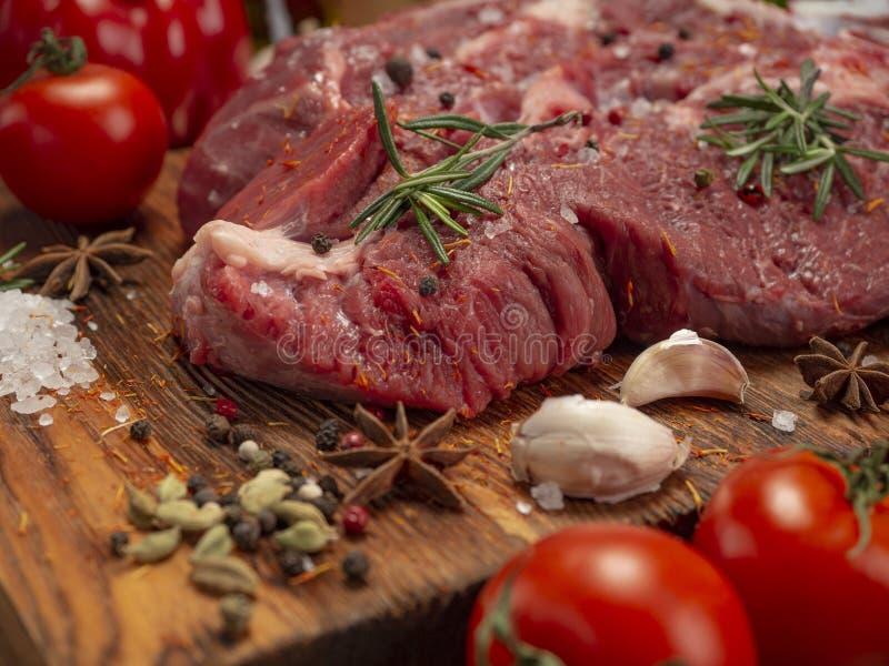 Carne, vegetais e especiarias frescos foto de stock