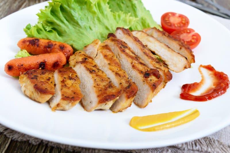 Carne, verdura, hojas de la lechuga y salsas asadas a la parrilla jugosas imagen de archivo libre de regalías
