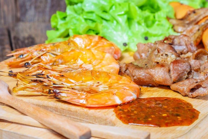 Carne y camarones asados a la parrilla estilo tailandés imagen de archivo