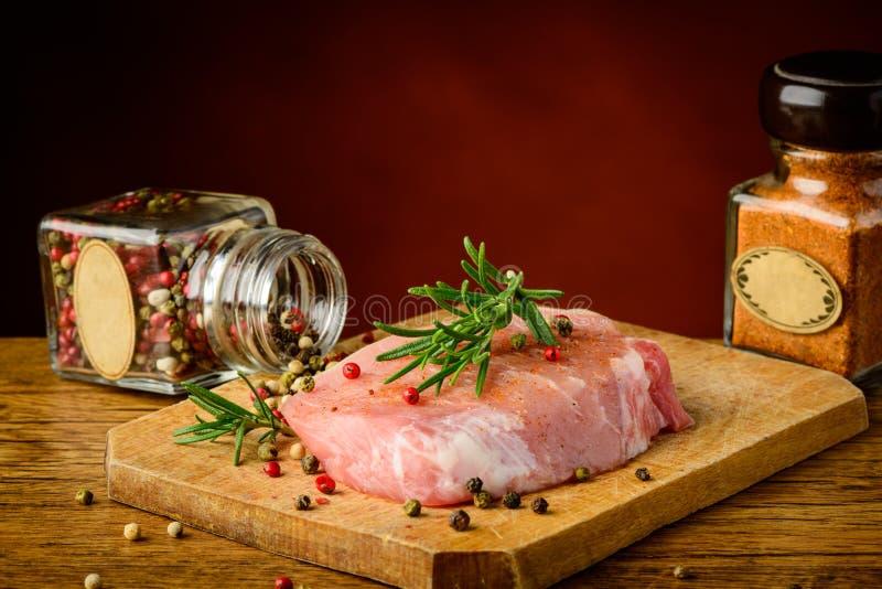 Carne y especias crudas de cerdo fotografía de archivo