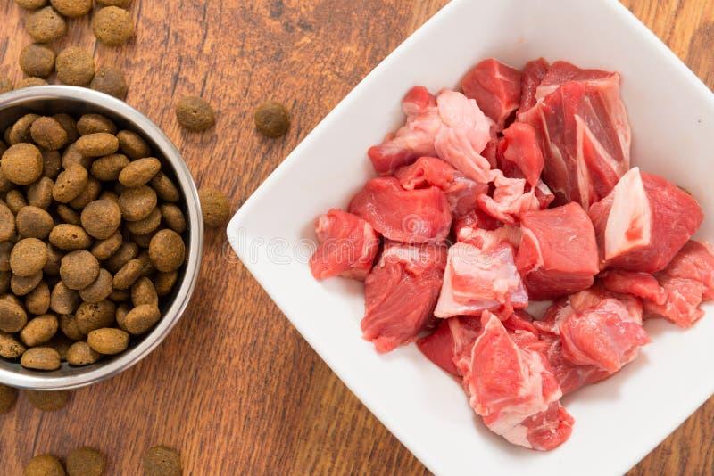 Carne y la comida de perro seca foto de archivo