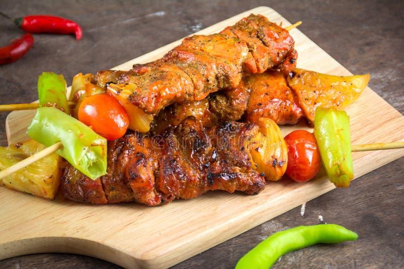 Carne y verdura asadas a la parilla imagen de archivo