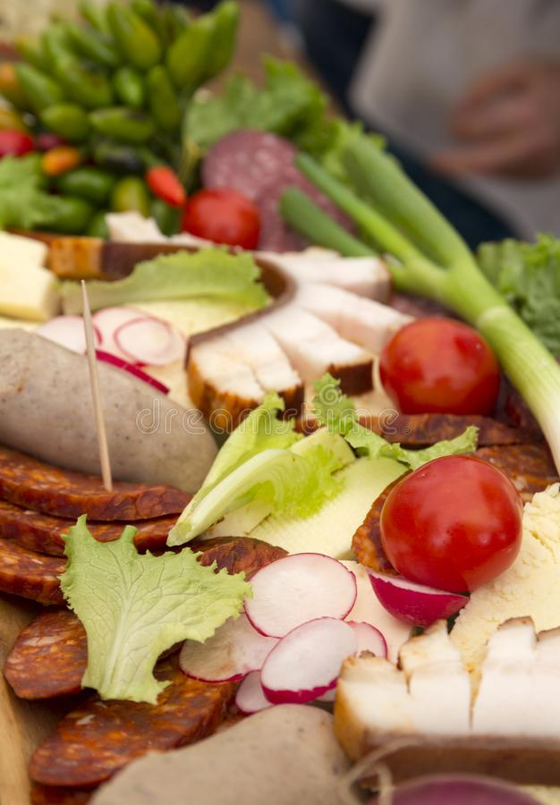 Carne y verduras en una tabla de madera foto de archivo libre de regalías