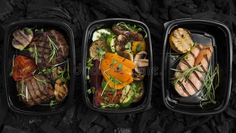 Carne y verduras frescas cocidas fotos de archivo