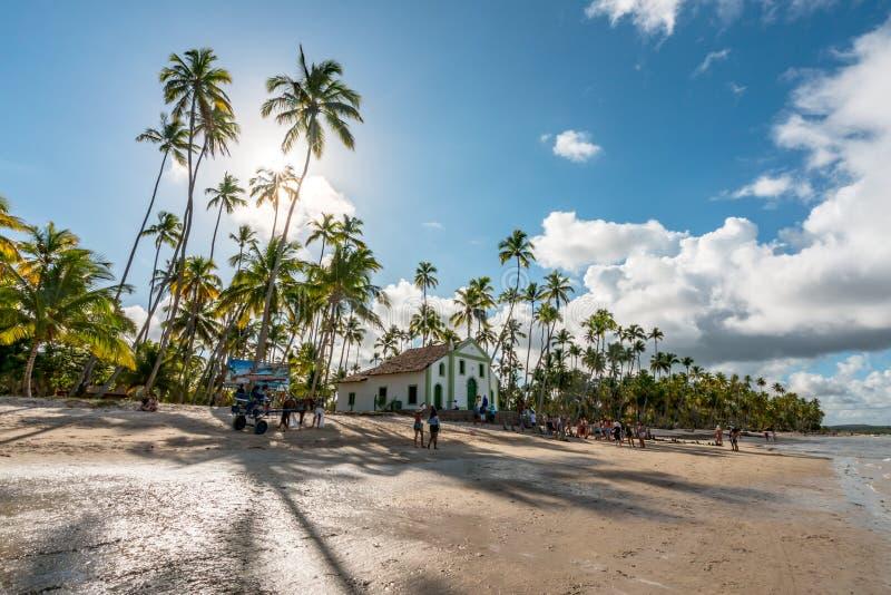 Carneiros strand, Pernambuco, Brasilien - Januari, 2018: Helgon Benedict Chapel fotografering för bildbyråer