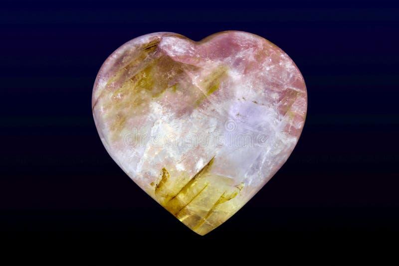 Carneol Agate Carved Heart poli Gemme poli sur fond sombre Capture de macro photo libre de droits