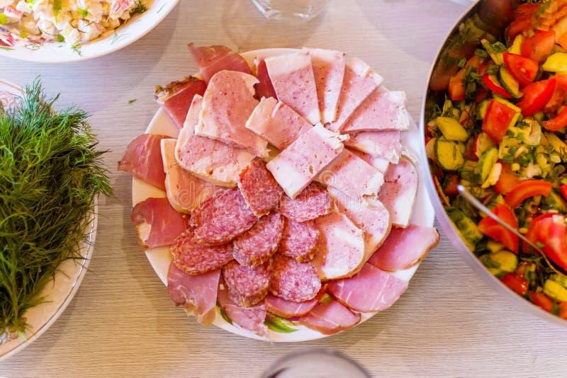 Carnes frescas hermosas en la tabla festiva imagen de archivo libre de regalías