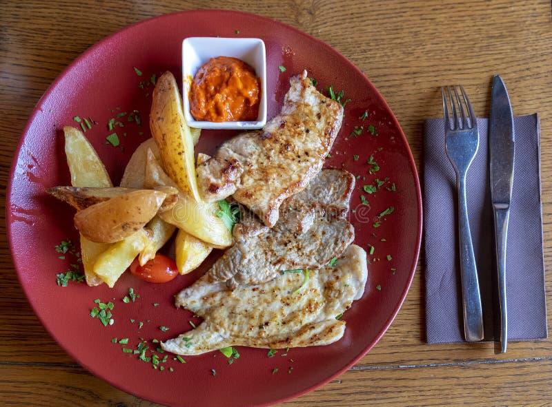 Carnes fritadas classificadas galinha, pato, carne e batata fritada, servidos no restaurante imagem de stock