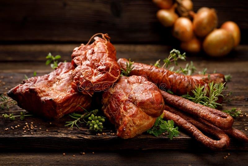 Carnes fumado e salsichas Um grupo de carnes e de salsichas fumado tradicionais: presunto, presunto defumado, lombo de carne de p foto de stock