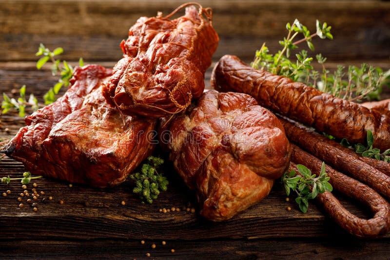 Carnes fumado e salsichas Um grupo de carnes e de salsichas fumado tradicionais: presunto, presunto defumado, lombo de carne de p imagens de stock royalty free