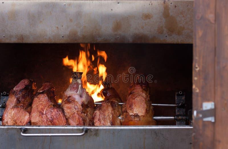 Carnes fumado na grade no mercado do Natal fotos de stock royalty free