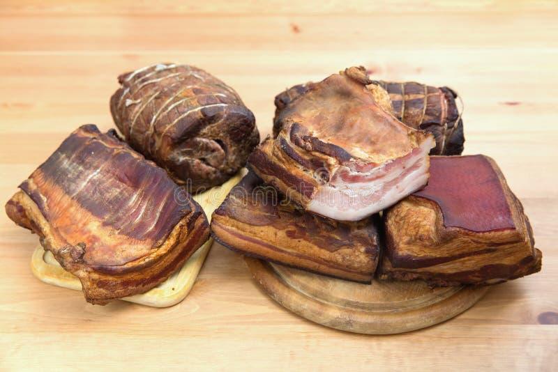 Carnes, jamón, salchichas, tocino ahumadas tradicionalmente imágenes de archivo libres de regalías