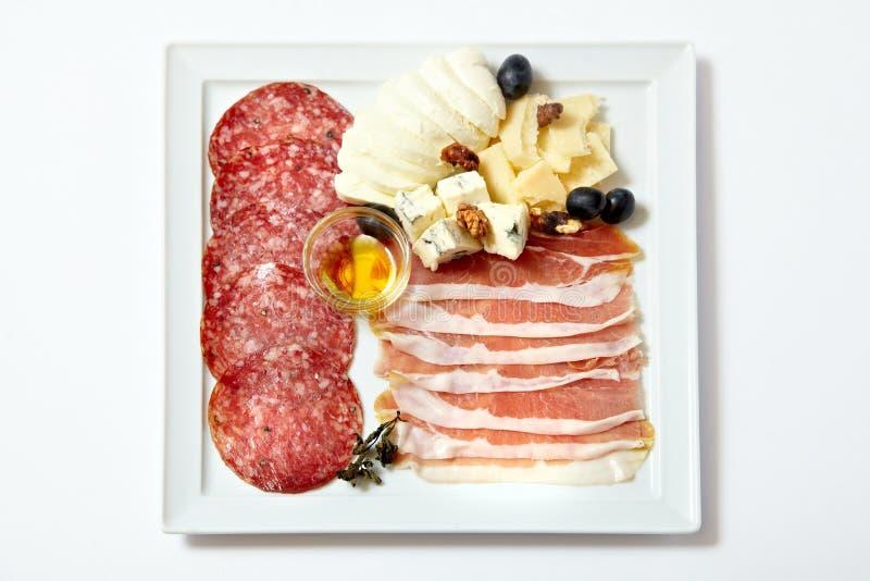 Carnes y queso clasificados de la tienda de delicatessen fotografía de archivo libre de regalías