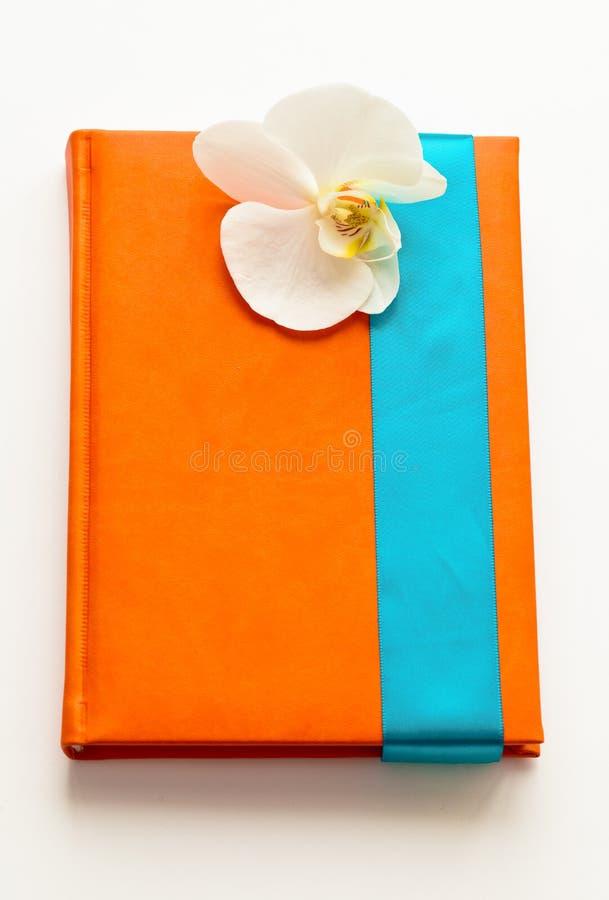 Carnet avec la fleur blanche comme cadeau image libre de droits
