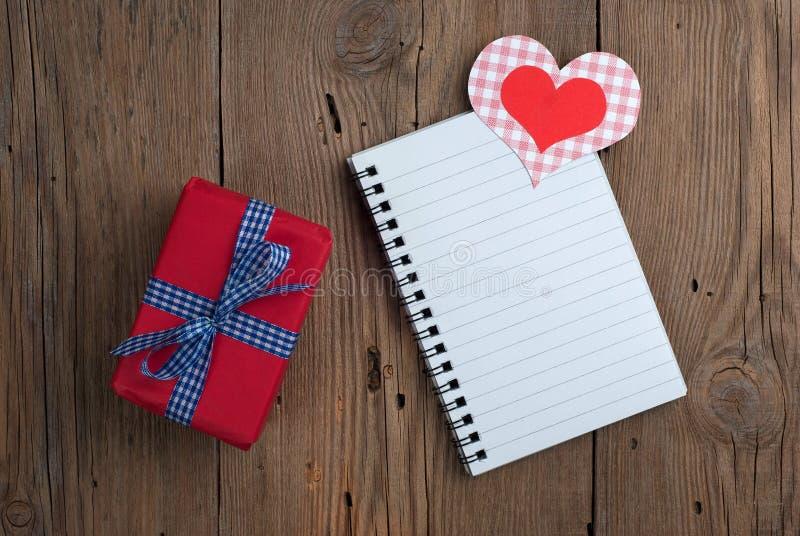 Carnet avec le cadeau et les coeurs photos libres de droits