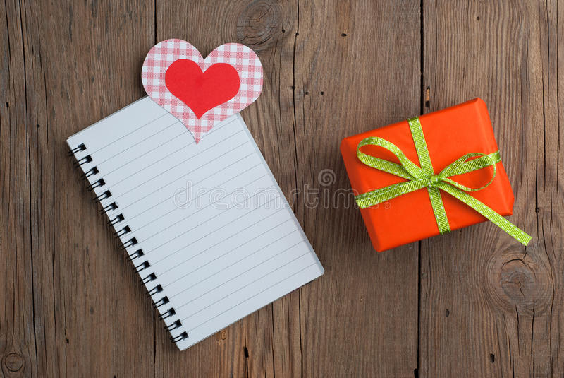 Carnet avec le cadeau et les coeurs photographie stock libre de droits
