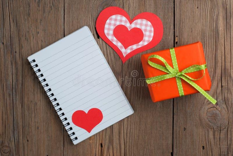 Carnet avec le cadeau et les coeurs photos stock