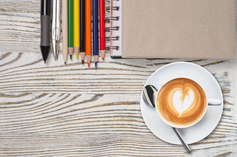 Carnet avec les crayons et le comprimé graphique avec du café photos libres de droits