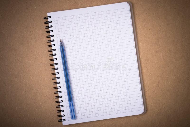 Carnet avec les pages et le Pen On Board de grille photos stock