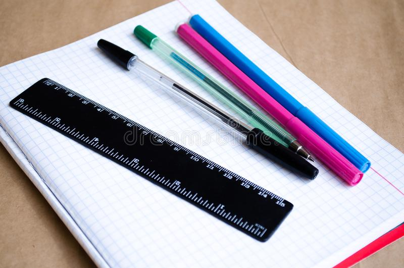 Carnet Bureau ? travailler dans le bureau Approvisionnements d'?cole Stylos, crayons, une règle, stylos feutres et un carnet prop photo stock