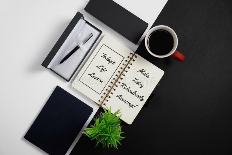 Carnet, citations inspirées avec le stylo, tasse de café et P mis en pot photographie stock libre de droits